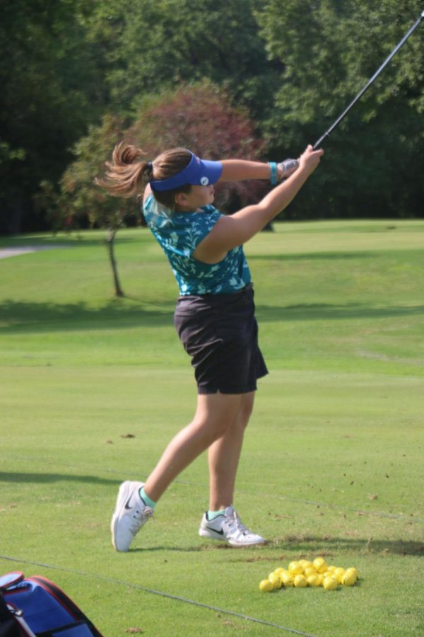 Junior+Lizzy+Lytle+gets+some+practice+shots+in+before+a+match+at+the+Kokomo+Country+Club.+Lytle+was+the+lone+LadyKat+to+advance+to+the+IHSAA+regional+golf+match.+